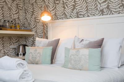 Cosy queen size bed in room 5..
